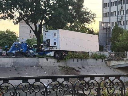 Un TIR a fost aproape sa cada in Dambovita: Trafic blocat pe Spaiul Unirii din Capitala