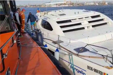 VIDEO Momente tensionate pentru patru persoane, la bordul unui <span style='background:#EDF514'>YACHT</span>. Catamaranul s-a izbit de stabilopozi si a inceput sa ia apa, la Eforie