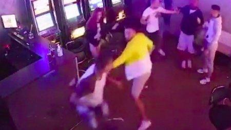 Doi frati din Vaslui, batuti pana la lesin intr-un bar, pentru un lant de aur. Mama baietilor: Au fost loviti, distrusi