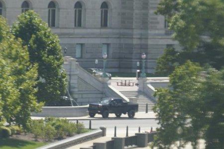 O persoana sustine ca are o bomba langa Capitoliu. <span style='background:#EDF514'>AGENTI DE POLITIE</span> poarta negocieri