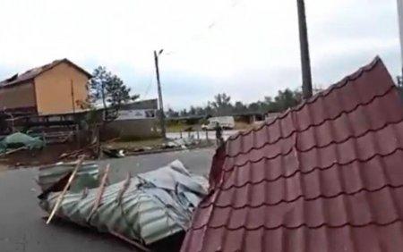 Furtunile violente si ploile torentiale au facut ravagii in mai multe zone ale tarii
