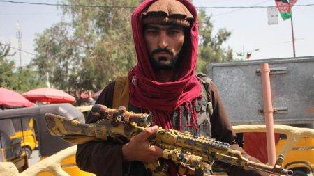 Arme si vehicule de razboi americane, capturate de talibani. Analist militar: S-a creat posibilitatea functionarii unui bazar de armament