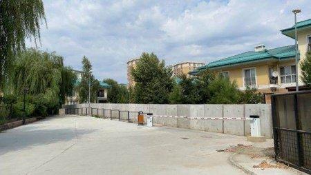 Cosmopolis blocheaza ilegal accesul rutier pentru locuitorii complexului vecin NorthLight Residence