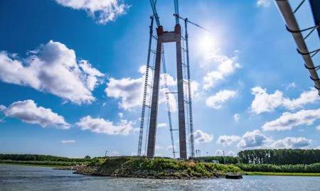 CNAIR: La podul de <span style='background:#EDF514'>LA BRAILA</span> au demarat lucrarile de instalare a primelor fire pentru constructia cablului principal (Video)