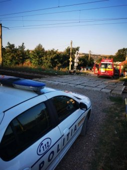 A dat trenul peste ei: <span style='background:#EDF514'>UN MOTOCICLIST</span> a murit, iar o femeie este ranita