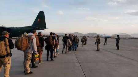 Aeronava cu cei 14 romani blocati in Afganistan ar putea ajunge astazi in tara. Radu Tudor: A fost cea mai riscanta operatiune in care a fost implicata <span style='background:#EDF514'>ARMATA ROMANA</span>, in sprijinul civililor