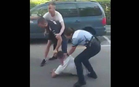 O <span style='background:#EDF514'>POLITISTA</span> din Botosani a fost lovita in timp ce incerca sa incatuseze un tanar recalcitrant