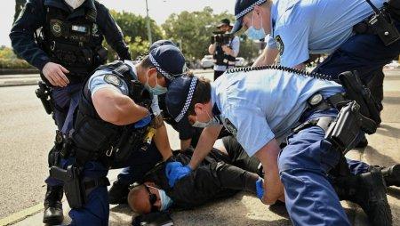 Ciocniri intre manifestanti si politisti, la protestul fata de carantina, la Melbourne. Peste 200 de arestari