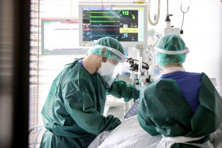 Medicii din Iasi incearca sa-i salveze viata unui pacient cu COVID, care nu crede in virus si nu voia sa fie internat