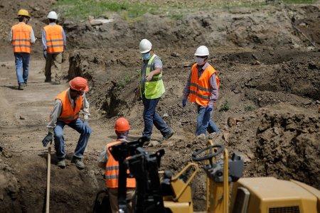 Mecanismul care ar trebui sa-i ajute pe muncitorii straini ramasi fara job in Romania a ajuns la 100 de oameni din 20.000