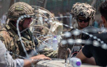 Povestea din spatele unei imagini. Ce spune soldatul care a acaparat <span style='background:#EDF514'>PRIMA PAGINA</span> a ziarelor cu o fotografie din Kabul