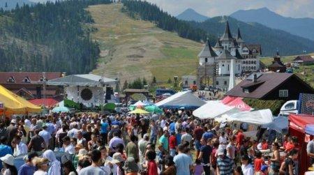 Festivalul de <span style='background:#EDF514'>FOLCLOR</span> care se desfasoara azi in Romania, cu public