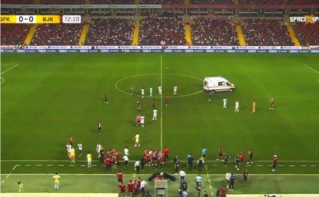 Clipe de panica in Turcia » Fabrice Nsakala s-a prabusit pe <span style='background:#EDF514'>GAZON</span> in Gaziantep - Besiktas, sub ochii lui Alin Tosca