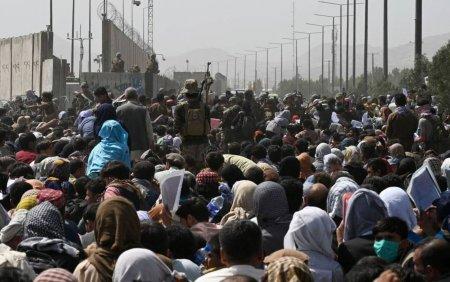 Șapte afgani au murit la portile aeroportului din Kabul. Oamenii din primele randuri sunt pur si simplu striviti