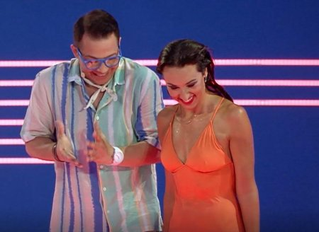 Splash! Vedete la apa 2021. Natalia Duminica i-a oferit lectii de belly dance lui Jean de <span style='background:#EDF514'>LA CRAIOVA</span>. Ma vad in '77 acum
