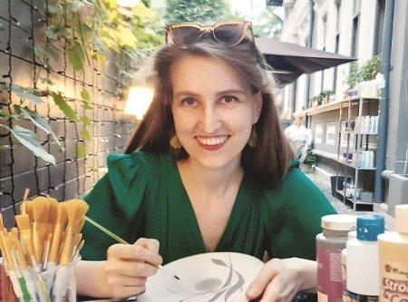 Afaceri de la zero. Bianca Abacioaei a pornit din pasiunea pentru arta un business cu ilustratii pe care le expune in galerii din Italia si Grecia
