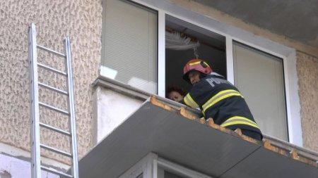 O batrana din Piatra Neamt i-a interzis unui pompier sa ii intre in casa, pe geam, dupa ce a salvat-o cand a ramas blocata in timp ce stergea geamurile