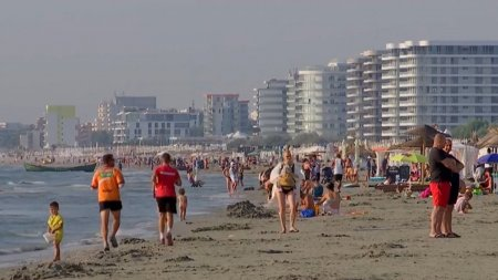 Turistii au luat cu asalt litoralul la final de sezon. <span style='background:#EDF514'>CAT COSTA</span> acum trei nopti la Mamaia