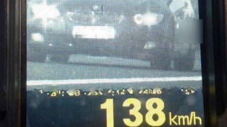 Sofer fara permis, care conducea cu 138 de km/h, incatusat dupa o urmarire cu Politia, in <span style='background:#EDF514'>NAVODARI</span>