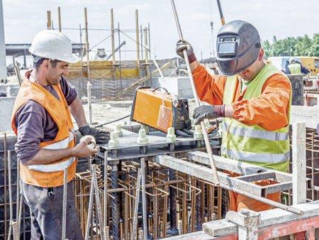 ANALIZA ZF. Numarul de angajati din constructii a revenit anul trecut la peste 400.000, maximul ultimilor zece ani. Anul 2020 a fost al treilea an de crestere privind acest indicator, dupa ce in 2017 acesta se prabu<span style='background:#EDF514'>SISE</span> de la 354.000 la 341.000. In anii 2007-2008, depasea 500.000, chiar 550.000 de angajati in 2008. Din 2009 a inceput insa declinul