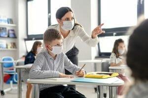 Decizie: Elevii nu vor avea voie cu masti textile in clase. Sin<span style='background:#EDF514'>GUREL</span>e acceptate sunt cele sanitare