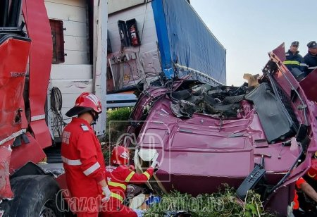 Un <span style='background:#EDF514'>SOFER DE TIR</span> a supravietuit in cabina strivita, dupa un grav accident produs in Dambovita