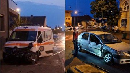 5 persoane ranite dupa ce o ambulanta si un autoturism s-au lovit violent pe o strada din Brasov
