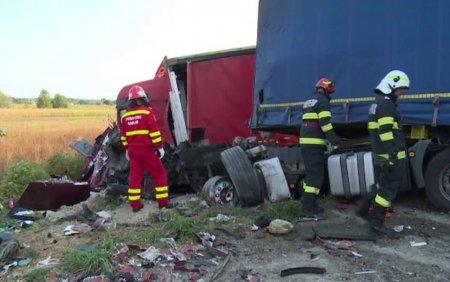 Accident grav in Dambovita. Doua <span style='background:#EDF514'>TIRURI</span> si o masina s-au ciocnit violent