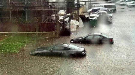 Vijelia si ploaia cu gheata au facut prapad la Falticeni: <span style='background:#EDF514'>ACOPERISURI</span> distruse, masini inundate, copaci rupti