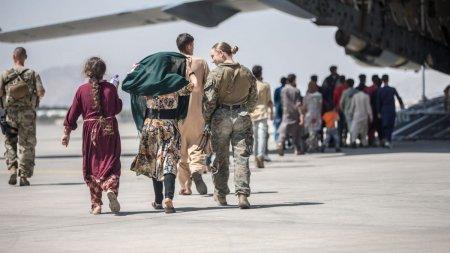 <span style='background:#EDF514'>MILITARII</span> americani au inceput sa plece din Kabul. Joe Biden: Pana acum, talibanii ne-au ajutat sa ne scoatem oamenii de acolo