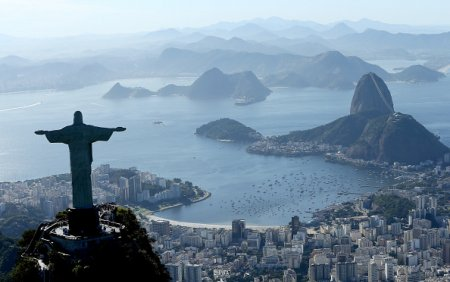 Doi francezi au fost arestati dupa ce au esca<span style='background:#EDF514'>LADA</span>t statuia Cristos Mantuitorul din Rio de Janeiro
