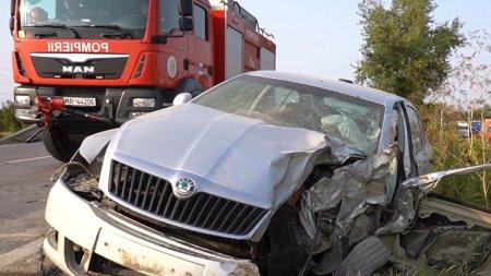 Un sofer a supravietuit ca prin minune, dupa un accident cu doua TIR-uri si o masina