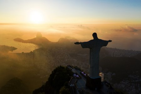 Doi francezi, arestati dupa ce au esca<span style='background:#EDF514'>LADA</span>t celebra statuie Cristos Mantuitorul din Rio de Janeiro
