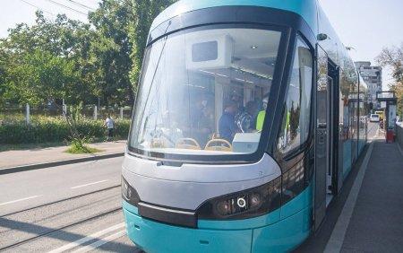 FOTO. Primul tramvai nou din ultimii 40 de ani, produs la Arad, a ajuns la Galati