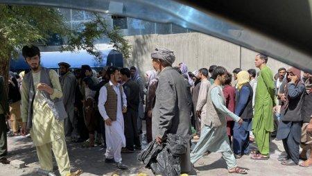 Cozi in fata bancilor din Kabul, redeschise pentru prima oara de can<span style='background:#EDF514'>D TA</span>libanii au preluat puterea