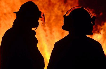Arde Romania! Incendiu puternic de vegetatie. Trei echipaje de pompieri au intervenit