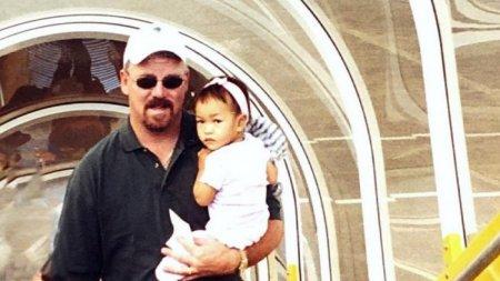 O copila avea 14 luni cand parintii au legat-o de bomba care a lasat-o fara picioare. Tanara participa acum la Olimpiada