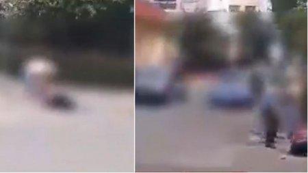 Tanara batuta cu bestialitate in mijlocul strazii, de doua femei