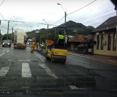 VIDEO Asfaltare pe ploaie sub ochii uimiti ai soferilor din Piatra Neamt