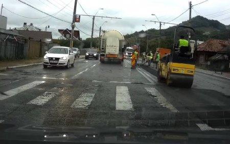 VIDEO. Asfaltare pe ploaie, in <span style='background:#EDF514'>PIATRA NEAMT</span>. Drumul ar trebui sa sustina traficul greu