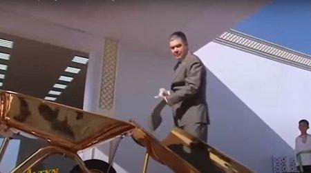 Presedintele din Turkmenistan a inaugurat un santier folosind o roaba si o lopata din aur