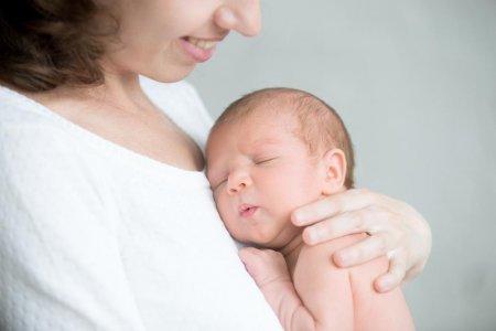 Un bebelus a supravietuit miraculos, dupa ce a stat singur cateva zile. El fost gasit pe pieptul mamei lui, care decedase