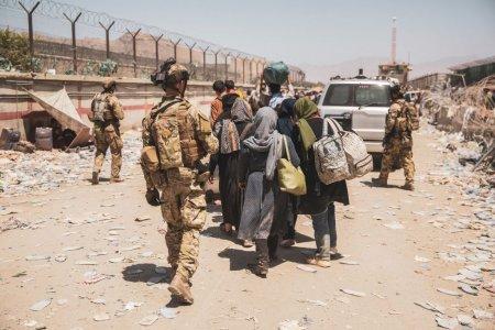 SUA intervin cu elicoptere si militari la sol pentru <span style='background:#EDF514'>EXTRAGEREA</span> unor cetateni in afara aeroportului din Kabul