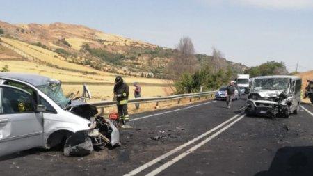 Microbuz plin cu romani spulberat intr-un accident cumplit in Italia. Sunt 9 raniti, iar o tanara de 21 de ani a murit