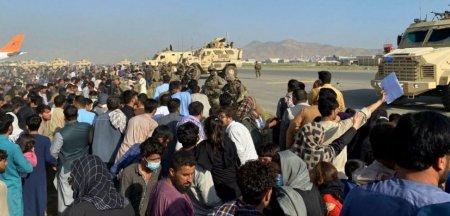 UPDATE Explozie si focuri de arma langa aeroportul din Kabul folosit pentru evacuari: Cel putin 13 morti