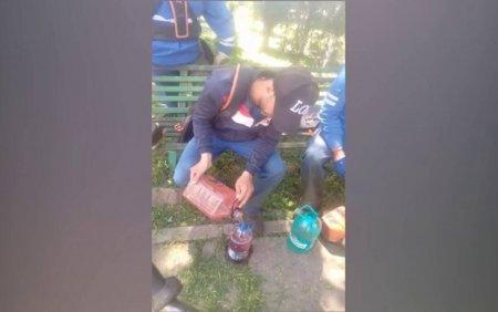 Muncitor din Galati, surprins in timp ce il invata pe un coleg nepalez cum sa fure de la serviciu
