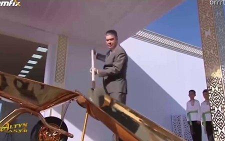 Presedintele care a inaugurat un santier folosind o lopata si o roaba din aur