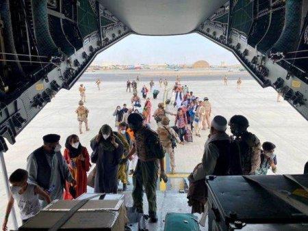 Un avion cu 121 de afgani evacuati, in tranzit spre SUA, a sosit in Albania