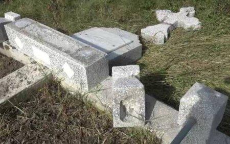 Mormintele dintr-un cimitir din Botosani, vandalizate de doi copii. Eu cred ca ei au vrut sa faca ca in filme
