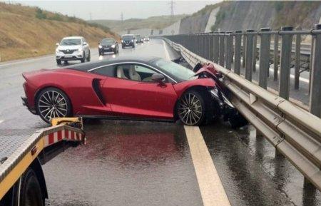 Un McLaren de 200.000 de euro, distrus pe <span style='background:#EDF514'>AUTOSTRADA TRANSILVANIA</span>. Martor: Avea viteza foarte mare